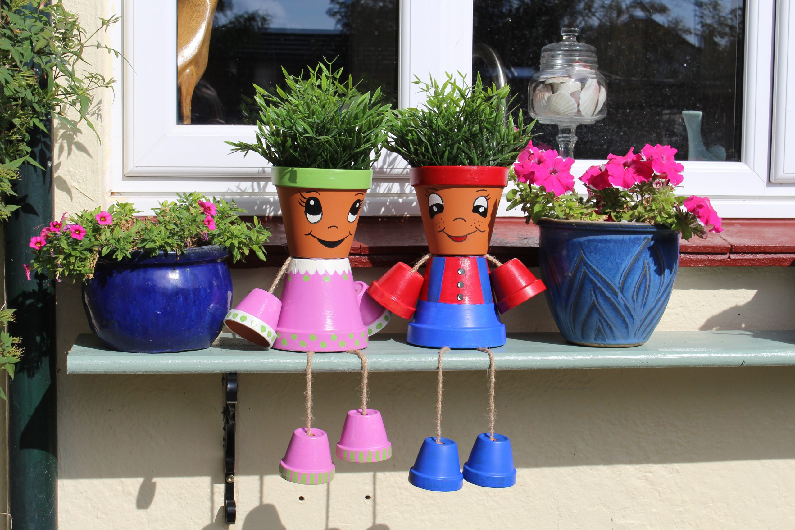 Making your own flower pot people is easier than you think!  There are so many cute designs to chose from - from scarecrows to minions, the possibilities are endless.   Check out how you make make your own DIY flower pot person from some basic terra cotta plant pots and brighten up your garden.  #terra cotta #planter #plant #flowerpot #garden #garden ideas